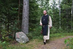 Jonas Rundberg blev inspirerad när han såg stenen längs med spåret och bestämde sig för att ge den ett budskap.