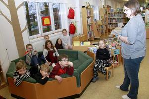 Emma Henriksson och barnen pratar om Pippi Långstrump.
