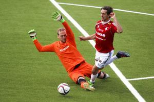 IFK Östersund gör 5–0 mot Stöde. Isse Strömstedt tajmar en löpning och kommer precis förbi Joakim Strömblad i Stödeburen.
