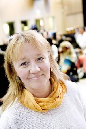 """FÖRSÖKER KORTA KÖERNA. Ulrika Swedén är sångpedagog och projektledare på Kulturskolan i Gävle. """"Vår målsättning är att alla ska få börja spela det instrument som de har valt så fort som möjligt. Ibland bjuder vi in de köande eleverna till lektioner för att de inte ska tröttna på att vänta."""""""