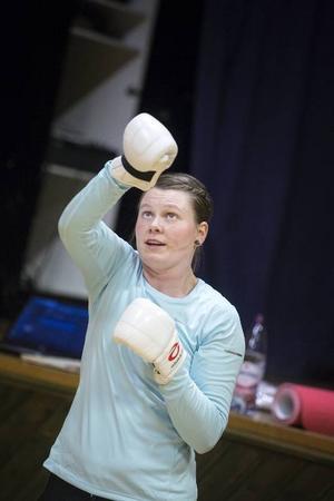 Ellinor Lindman sitter som sekreterare i GSK, Gäddede Sportklubb och var den som startade upp boxningsträningar i Gäddede. Nu har hon ännu fler idéer för bygden i träningssammanhang.