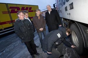 BRA DÄCK. Moderate riksdagsmannen Lars Beckman tog en närmare titt på hur bra vinterdäck ska se ut. Lars-Axel Gustavsson, Anders Frank, Rolf Ågren och Ulf Berg är överens om att något måste göras för att säkra framkomligheten på vägarna.