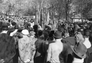 Sven-Olov Lindholm, en av förgrundsgestalterna inom svensk nationalsocialism, talar inför publik. 1933 bildade Lindholm Nationalsocialistiska arbetarepartiet.  På 70-talet övergav Lindholm nationalsocialismen och började sympatisera med Vänsterpartiet kommunisterna, VPK.