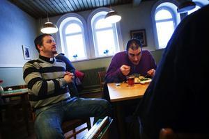 Under lunchen snackar Henrik Åkesson med gästerna som gamla vänner. – Det är skönt att komma hit, trevligt träffa kompisar. Det är en bra träffpunkt, säger Hendrik Fayad, som besökt EFS luncher i många år, nu får han medicinsk behandling för att komma från sitt heroinmissbruk och börjar få ordning på sitt liv.