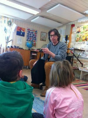 Magnus Ljunggren läser högt för skolbarnen i Gyttorp.