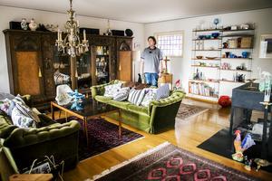 Vardagsrummet är inrett med en härlig blandning av retroprylar och ärvda möbler.