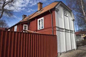 2. Rektorsgården i Gamla Gefle är målad med billigare rödfärg på baksidan.