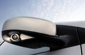 En kamera i backspegeln håller koll på bilens högersida vid backningsmanövrer.