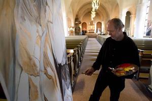 Arbete pågår. På riktigt. C G Robert i målartagen. Vissa av konstverken i årets sommarutställning görs färdigt på plats i Staffanskyrkan i Gävle.Foto: Lars Nyqvist