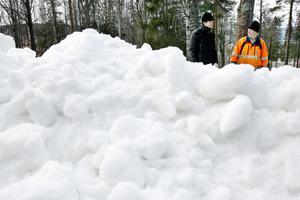 Det krävs en del logistik för att få spårsystemet att fungera. En pistmaskin har hämtats från Gustavsbergsbacken för att bearbeta snön på skidstadion. Foto: Henrik Flygare
