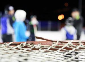 Janne Svensson, Tännäs, håller i hockeyträningarna i Funäsdalen