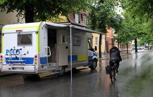Polisen satte på söndagen upp ett mobilt poliskontor, en buss, utanför Blue Moon Bar för att få in tips.