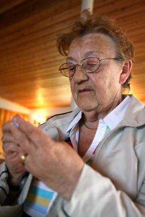 Anna Sundkvist från stråtjära köper två lotter och hoppas vinna någon av priserna på vinstbordet. – Jag brukar aldrig vinna, säger hon.