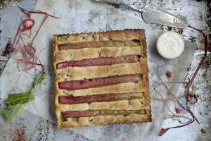 Mandel och rabarber är väldigt gott ihop. Här samsas de i en läcker kaka.   Foto: Janerik Henriksson/TT