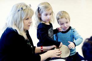 Ulla Selén, Ida Hansebacke och Tuva Ofrell från Masurgårdens förskola spelar trummor ihop.