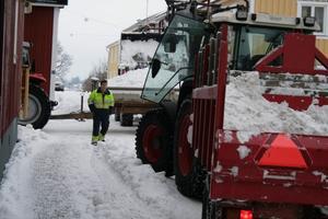 Kommunen röjer nu bort de höga och besvärliga snövallarna utmed stadens gator.