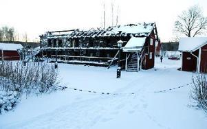 Polisens avspärrningar var inget hinder för ivriga julmarknadsbesökare i Vanbo. Foto: Mikael Hellsten/DT