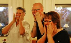 Skrattsalvor när Mona Börjesson, Klas Fredriksson och Eva-Lena Fredriksson värmer upp.
