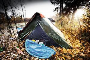 De tre romerna tältar i ett bostadsområde i Örebro.