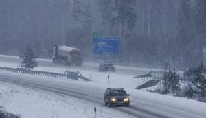 trafikproblem. Bilförarna får se upp när de ska ut på vägarna under söndagen. Det väntas kraftiga vindar och snöfall.