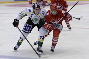 Sam Marklund i närkamp med Björklövens William Qvist som blev matchens lirare efter ett mål och tre assist.