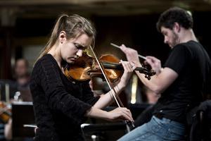 Guro Kleven Hagen ger solokonserter Europa runt, trots att hon bara är 19 år. i kväll spelar hon i Örnsköldsvik med Nordiska kammarorkestern och på söndag i Härnösands domkyrka.