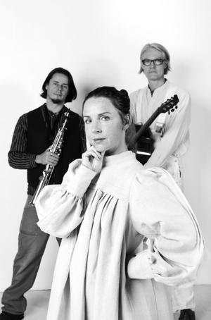 Skådespelaren Malin Sternbrink spelar Karin. Hon ackompanjeras av musikerna Tommy Wahlström på saxofon och Torbjörn Allard på gitarr.BILD: PER ERIKSSON