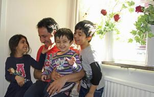 Javed, omringad av Malalej, 5, Jonas, 2, och Sair, 7.