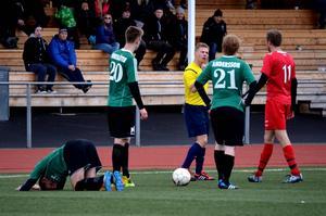 Här synar Stödes Jonas Södermark det gula kortet efter en tackling på Östavalls Pär Malmberg.