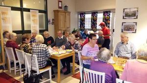 pensionärerna från SPF käkade lunch innan de begav sig till Waltech för studiebesök.