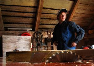 Anton Wedin har alltid varit intresserad av hantverk i trä. Det mesta har han lärt sig själv och tillverkar allt ifrån trädgårdsmöbler till gärdsgårdar.