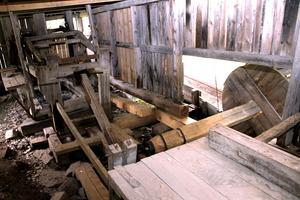 Flera av delarna till sågkonstruktionen har bytts ut – och själva byggnaden har stagats upp.