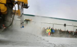 En ny metod som bygger på sandning med hetvatten biter sig fast på vägbanan och demonstrerades  i samband med mässan.  Foto: Håkan Luthman