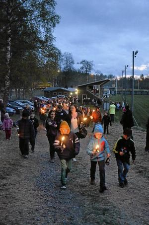 Ett långt tåg från kontoret på Skyllbergs bruk kom till idrottsplatsen med facklor i händerna.