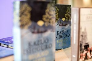 Böcker av Kazuo Ishiguro på Stadsbiblioteket i Göteborg. Snart går det att också lyssna till Nobelpristagarens litteratur. Arkivbild.