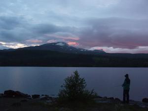 Denna stämningsfulla bild från Fröåtjärnen den 17/7 2010 fick avsluta denna fiskedag med kompisen. I bakgrunden syns Åre-skutan, som vanligt med snurrande moln och snöfläckar kvar i de skuggiga partierna. Knotten (den sk