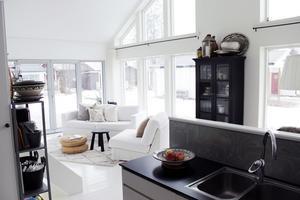 Från köket kan man blicka ut över vardagsrummet, matsalen och till viss del Storsjön, utanför fönstret.