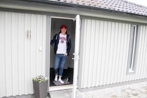 Viktor Spångberg i dörren till stugan där han har sitt eget krypin på tomten hos föräldrarna.