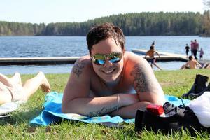 Robin Jonsson passade på att ta ett dopp och svalka av sig vid Färsjöns badplats.