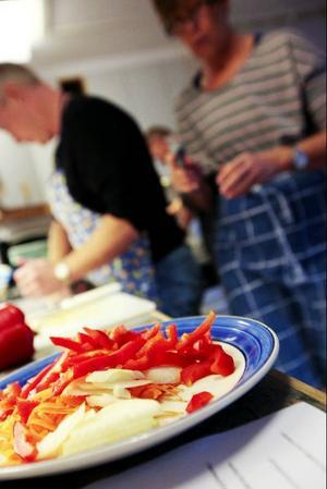 Paprika, kålrötter och morötter är bra klimatsmarta ingredienser. På bilden syns Janne Olsson och Eva Karlsson.