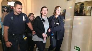Johanna Möller förs in till rättegången i Svea hovrätten.
