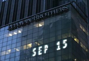 Konkursen för investmentbanken Lehman Brothers inledde den akuta fasen av finanskrisen. Sålde bankerna samma vara som säljs, (som vid telefonsex?) alltså det som kunden vill höra.  Foto: Scanpix