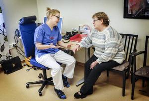 Annie-Marie Blomström från Hallen konsulterar läkaren Christina Abelson på Hallens hälsocentral.