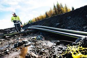 André Granlöf i företaget Eltel trycker kabel och bygger den elektriska infrastruktur som ska leverera strömmen från alla kraftverk i parken.