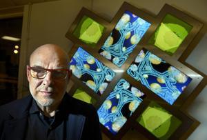 Den brittiske konstnären Brian Eno. I bakgrunden syns hans första offentliga permanenta konstverk i Sverige kallat