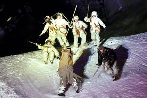 Vinterakrobaterna från Jämtlands gymnasium framförde en historia om tidsresande där huvudpersonen bland annat hamnade mitt i istidsfolkets jaktritual. Foto: Mattias Pettersson
