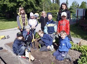Bli en liten trädgårdsmästare - första kursen barn som utbildats under en tredagarskurs vid Stenegård i Järvsö. På bilden också kursledaren Madeleine Casan.