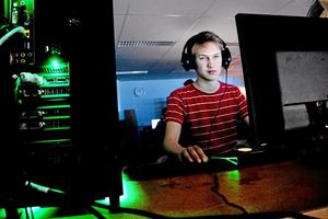"""Hemmabygge. 14-årige Jonatan Haikara har själv byggt ihop sin dator. """"Det är kul och bättre än att köpa en färdig eftersom man själv kan välja sina egna delar"""", säger han."""