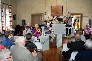 I Tryggeboda missionshus spelades och sjöngs