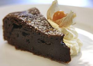 Massor av choklad ingår i den franska chokladtårtan. God med vispad grädde och en kopp kaffe.